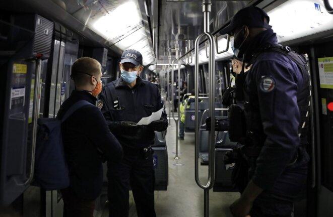 Un contrôle dans le métro parisien le 15 mai 2020. © Thomas Coex/AFP