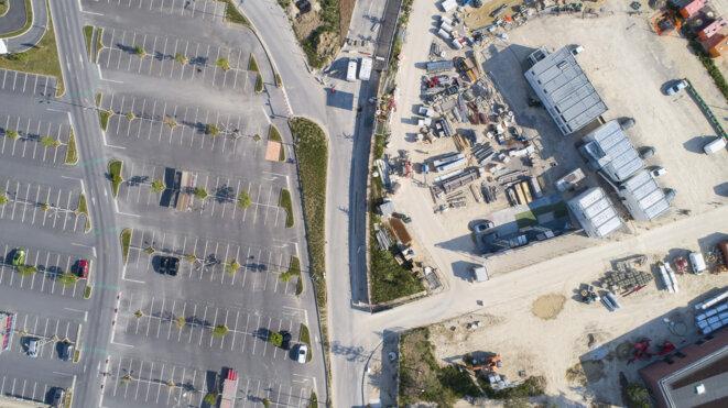 L'extension du centre commercial de Claye-Souilly (77) | Sur 45000 m2 le centre commercial s'agrandit sur des terres agricoles. Il sera accessible depuis le nouvel échangeur de la RN3. Si les promoteurs, spécialistes de l'urbanisme commercial, promettent une ballade commerciale et la création d'un nouveau lieu de vie écoresponsable, le mode d'occupation des sols, lui, ne change fondamentalement pas. © Arnauld Duboys Fresney