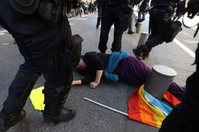 La militante Geneviève Legay, à terre après avoir été bousculée par un policier, le 23 mars 2019, à Nice. © Valery HACHE/AFP