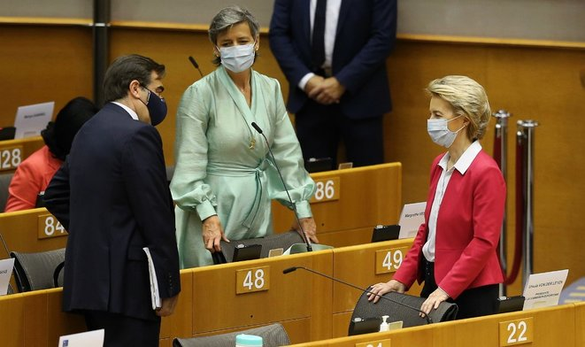 Ursula von der Leyen, présidente de la Commission européenne (à droite), aux côtés de deux commissaires, Margrethe Vestager et Margarítis Schinás, mercredi au Parlement européen à Bruxelles © AFP
