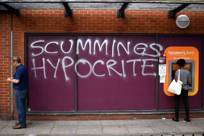 Graffiti en el norte del Gran Londres, 26 de mayo de 2020: « Escorias hipócritas » [juego de palabras sobre Cummings y escoria: alimañas]. © AFP/Daniel Leal-Olivas