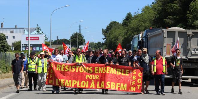 Mercredi 27 mai, une centaine d'ouvriers de la Fonderie de Bretagne se sont rendus au siège du Medef 56 à pied. © Déborah Coeffier