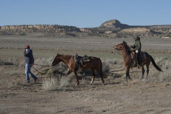 Des Navajos arrivent à un point de distribution d'eau et d'aliments le 20 mai 2020, à Casamero Lake, Nouveau-Mexique. © Mark Ralston/AFP