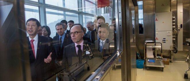 Bernard Cazeneuve, alors premier ministre français, lors de l'inauguration du laboratoire de Wuhan, le 23 février 2017. © AFP/Johannes Eisele