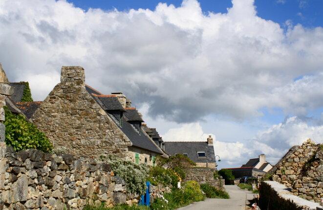 Hameau de Kersiguénou et ciel breton © Patrice Morel