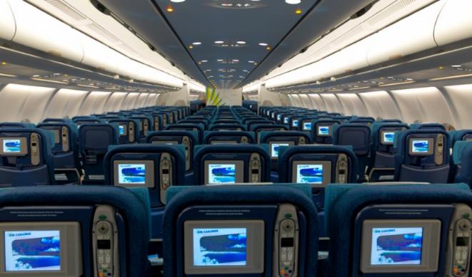 C'est le soir. Tout est tranquille dans l'avion. Pourtant je me sens observé.