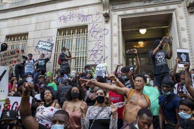 29 mai 2020, à Washington DC, États-Unis. Manifestation contre le meurtre de George Floyd par la police, devant l'immeuble de la banque Freedman. © Tasos Katopodis/Getty Images/AFP