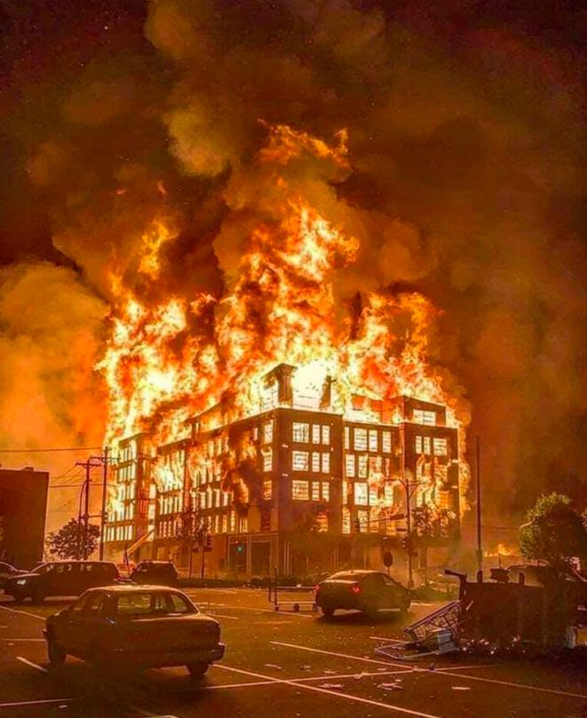 Incendie d'un immeuble en construction à Minneapolis, le 28 mai 2020. © DR