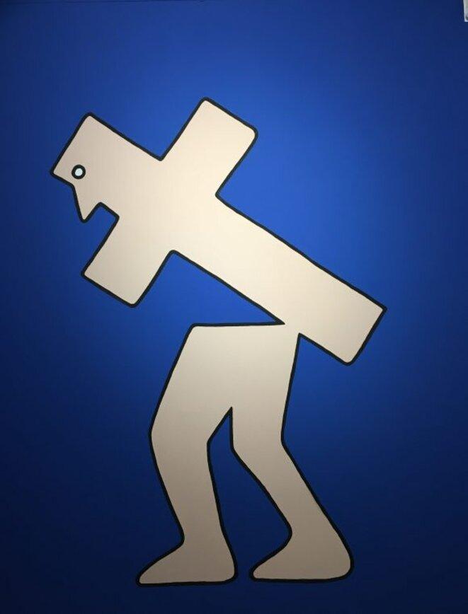 """Louise Pressager """"Je porte ma croix, je suis au bord de la sciatique"""", 2020, fresque, coproduction maison des arts, centre contemporain de Malakoff © Louise Pressager, courtesy galerie Laure Roynette, Paris"""