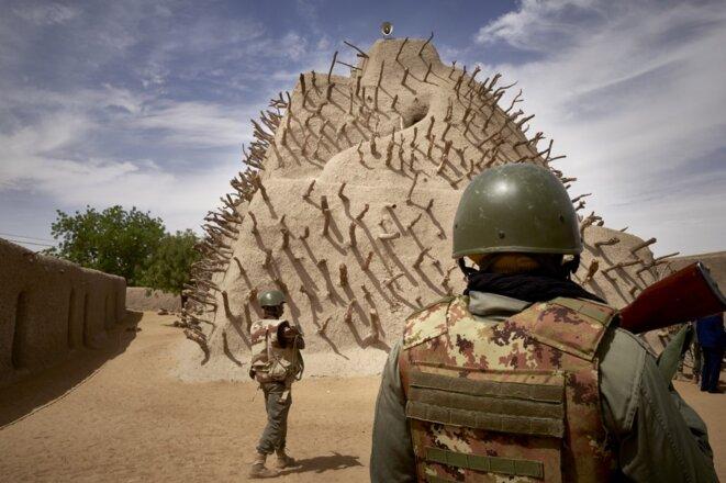 Des soldats maliens patrouillent dans un site archéologique à Gaz le 10 mars 2020. © Michele Cattani/AFP