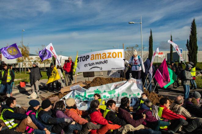 Des militants bloquent l'entrepôt d'Amazon de Montélimar, le 30 novembre 2019. © Justin Carrette