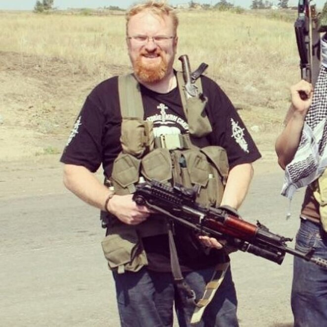 Photographie supposée de Vitali Milonov dans le Donbass en 2014. Il pourrait s'agir d'un photomontage. Sa publication sur les réseaux sociaux russes a été sanctionnée par des amendes. Un recours sur ces sanctions a été formé devant la CEDH. © inconnu