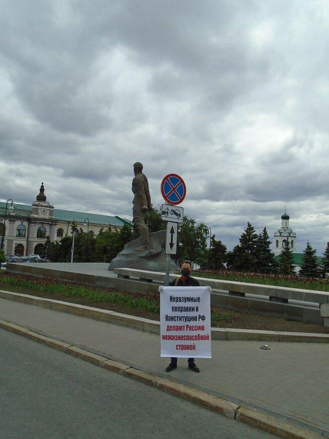 Piquet individuel de protestation contre les amendements constitutionnels à Kazan. Inscription : des amendements déraisonnables à la constitution de la Fédération feront de la Russie un pays impossible à vivre. © Engelberthumperdink (wikicommons)