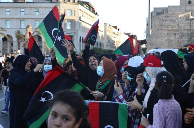 Des Libyens réunis sur la place des Martyrs, à Tripoli, célèbrent le retrait des troupes du général Haftar, vendredi 5 juin. du © Hazem Turkia / Anadolu Agency via AFP