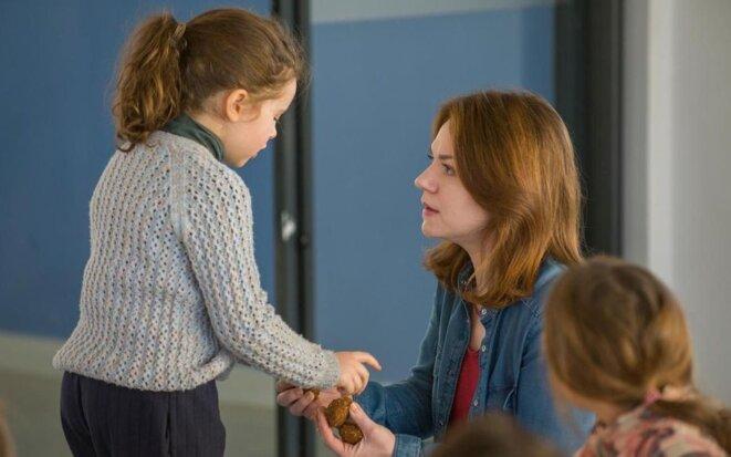 Scène du film La Maladroite : l'institutrice (jouée par Emilie Dequenne) avec l'enfant portant des traces suspectes de coups