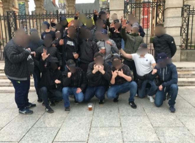 Les Zouaves Paris et les Mes Os en avril 2018. Certains effectuent des saluts nazis, d'autres des saluts à trois doigts ou des « saluts kühnen ».
