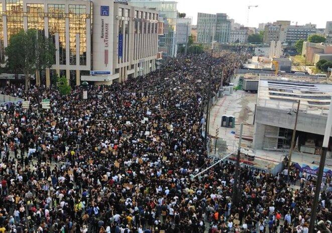 Marée humaine devant le TGI de Paris en soutien au collectif Adama Traoré.