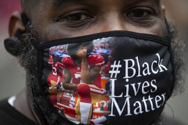 Un manifestant portant un masque avec une photo de Colin Kaepernick à Washington le 6 juin 2020. © Roberto Schmidt/AFP