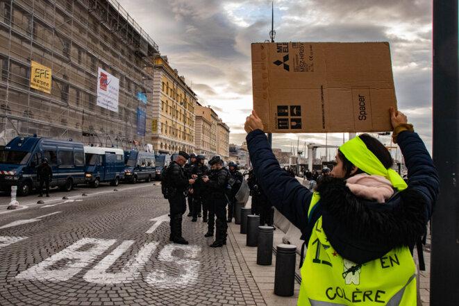 Cordon policier lors d'une manifestation Gilets Jaunes le 5 décembre 2019 à Marseille. © Justin Carrette