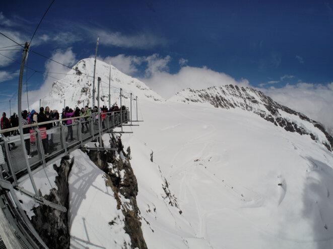 L'Observatoire de la Jungfrau en Suisse. Le parfait exemple d'un dispositif qui valorise le lieu en tant que marchandise (offre pour la demande de voir une nature sauvage et préservée), mais qui lui porte préjudice écologiquement. © Yeh Yeh (https://www.flickr.com/photos/tom6740/31356242674/in/photostream/)