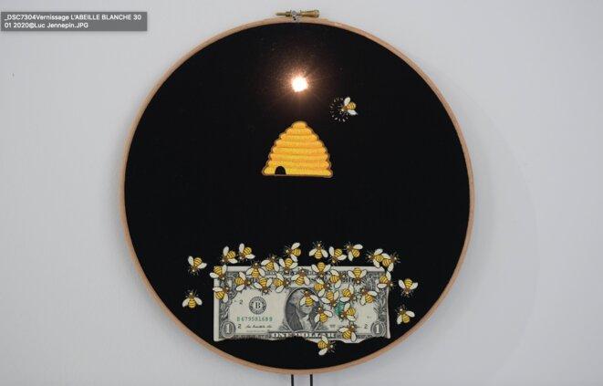 Art Orienté Objet, Monsanto (Les tambours apotropaïques ou la machine à retarder la fin d'un monde), 1994-2019, matériaux mixtes, tambours de bois, tissu, broderie, dispositif lumineux, Ø 30 cm