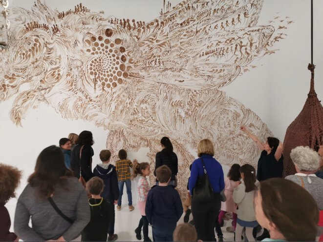 Charley Case, L'abeille Blanche, dessin mural à la propolis, 6 m x 4,5 m, et Ruche de cuir, 2015, 80 cm x 24 x 67 cm