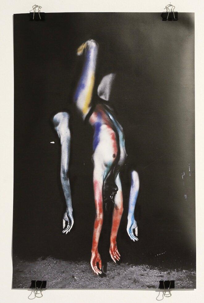 Myriam Mechita, L'or perlé de tes doigts, douce amie, m'a fait creuser le sol jusqu'au bleu (mes jambes se sont dérobées), 2020, dessin, 60 x 40 cm (Photo PP)