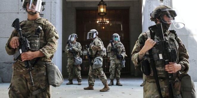 Les troupes de la Garde nationale sont postées devant le bureau du procureur lors d'une manifestation pacifique sur la mort de George Floyd le 3 juin 2020 à Los Angeles.  Photo: Mario Tama / Getty Images