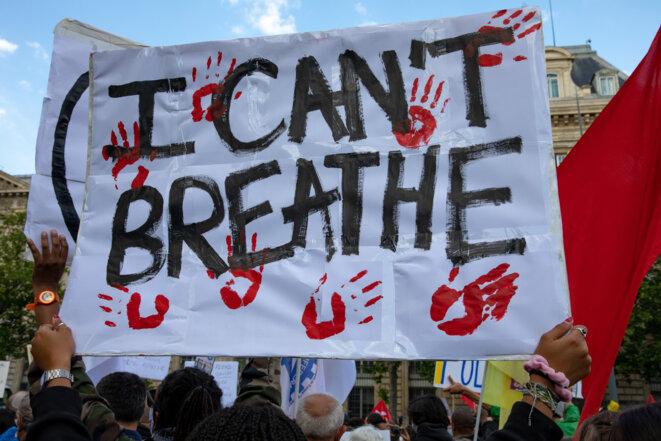 Une manifestante brandit une pancarte « I can t Breathe » Paris, France, 9 Juin 2020 © Edouard Monfrais / Hans Lucas via AFP