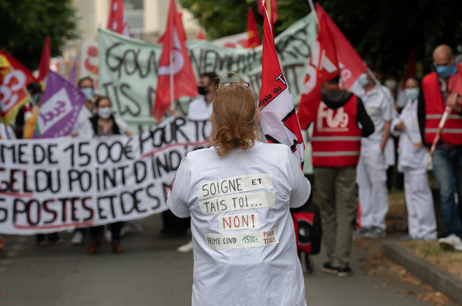 Healthcare workers demonstrate outside a hospital in the town of Angers, north-west France, June 4th 2020. © Hans Lucas/AFP