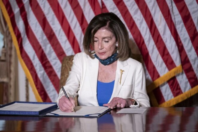 La présidente de la Chambre, Nancy Pelosi, participe à une cérémonie d'inscription du projet de loi pour l'art.3744, Uyghur Human Rights Policy Act of 2020, au Capitole des États-Unis à Washington, D.C., États-Unis, le mardi 2 juin 2020. Sarah Silbiger – Bloomberg / Getty Images