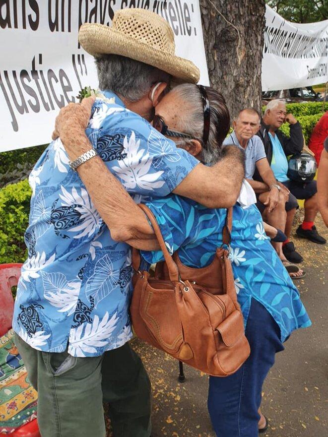 La présence de ces militants, pacifiques et qui chantent avec des ukulélés, dérange, semble-t-il. © Valentina Hina Cross