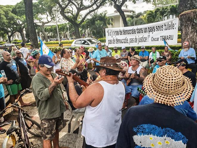 Le lundi 15 janvier, devant le palais de justice de Papeete. © Valentina Hina Cross