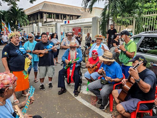 Les soutiens sont toujours présents aux côtés d'Oscar Temaru. © Valentina Hina Cross
