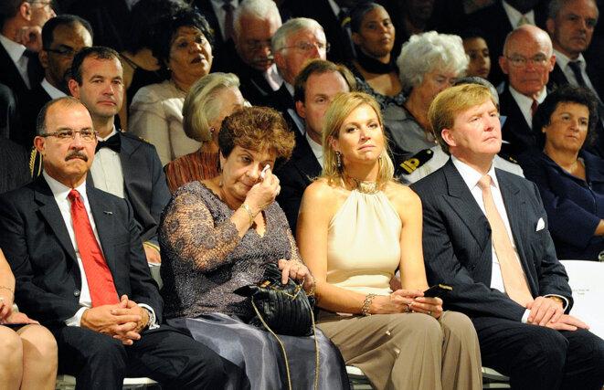 Emily de Jongh Elhage, la dernière Première ministre des Antilles néerlandaises, réagit émotionnellement lors de la cérémonie entourant la dissolution de l'archipel le 10.10.2010. La princesse Máxima et le prince Willem-Alexander (Roi des Pays-Bas depuis le 30.04.2013) sont assis à côté d'elle. Image ANP.