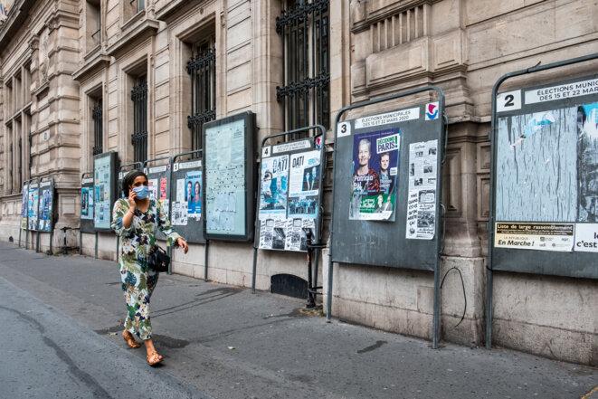 Panneaux électoraux à Paris. © AFP