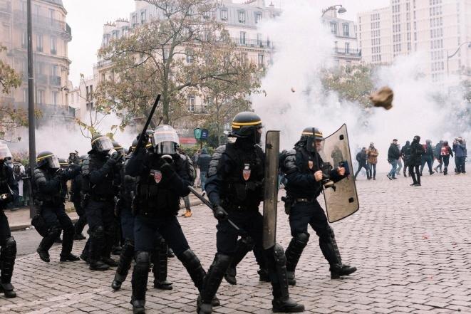 La charge des policiers place d'Italie, le 16 novembre 2019. © Yann Lévy/Hans Lucas