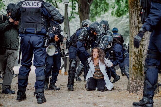 Difficile interpellation d'une dangereuse forcenée lors de la manifestation parisienne du 16 juin 2020. Heureusement, les gardiens de la paix étaient nombreux et bien équipés. © Antoine Guibert
