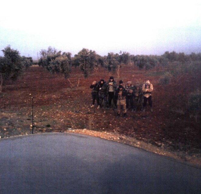 Prière dans un champ d'oliviers d'un groupe de djihadistes au lendemain d'un carnage en Syrie. Troisième en partant de la droite, Abdelhamid Abaaoud. Devant le groupe, la DGSI identifie Tyler Vilus. © DR