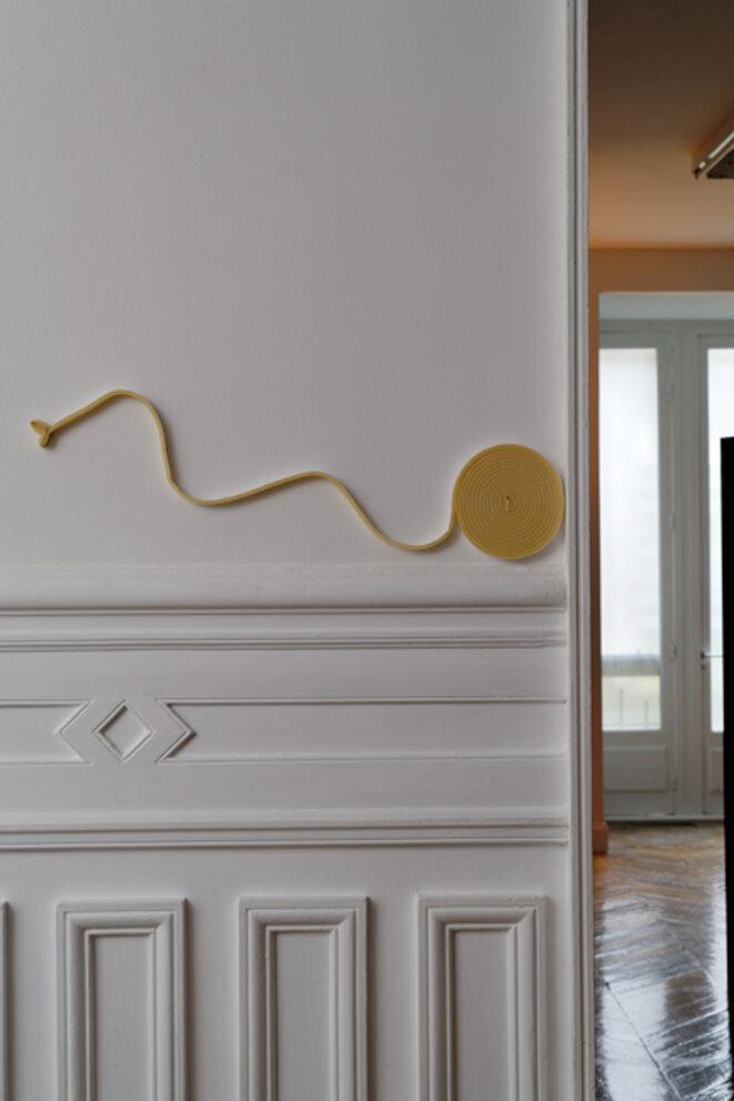 """Vue de l'exposition """"Dauphins, Dauphines"""" de Charlotte Khouri, motif de serpent, La Galerie centre d'art contemporain de Noisy-le-Sec, 25 janvier - 18 juillet 2020 © Aurélien Mole"""
