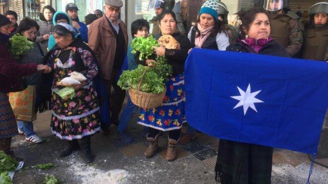 Maraîchères protestent contre l'harcelement policial et des inspecteurs municipaux. © Cooperativa.cl