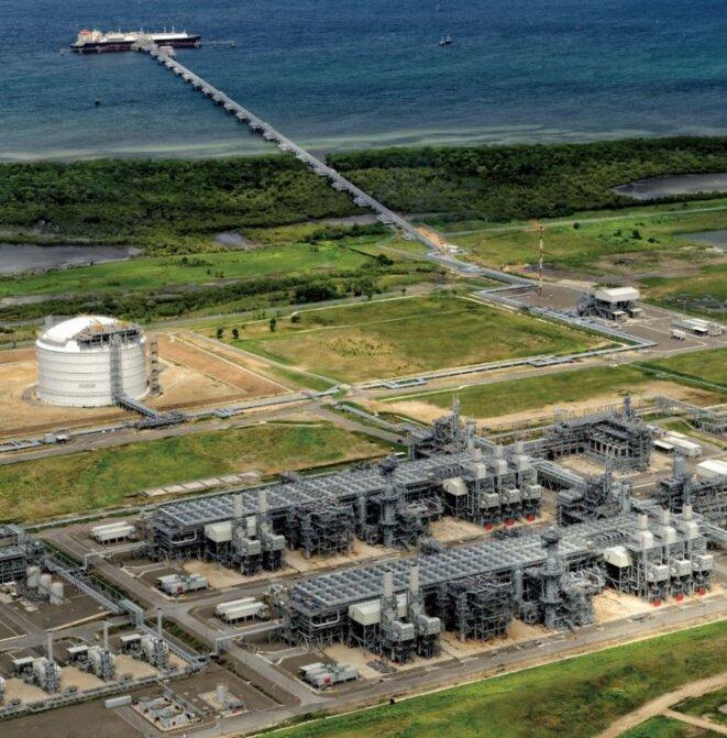 Le site d'extraction de gaz naturel ExxonMobil de Papouasie Nouvelle Guinée. On fabrique le polyéthylène (PE) à partir de l'éthylène, obtenu par craquage du gaz naturel. Le plus gros producteur de PE d'Europe est ExxonMobil. © Exxon Mobil