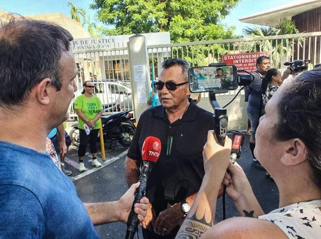 Me Stanley Cross répond à la presse, au cours d'une des journés de soutien à Oscar Temaru devant le palais de justice de Papeete. © Valentina Hina Cross