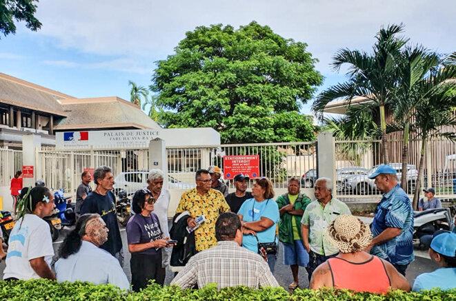 Stanley Cross (chemise jaune) à la sortie du tribunal de Papeete.