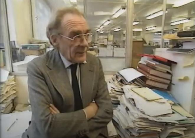 John Maddox, rédacteur en chef de la revue Nature, dans le documentaire Heretics (BBC, 1994). © BBC