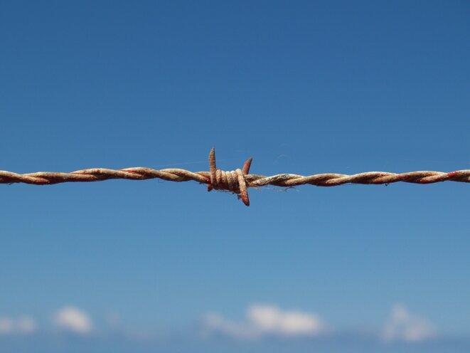 barbed-wire-1199172-1920-image-par-thomas-meier-de-pixabay