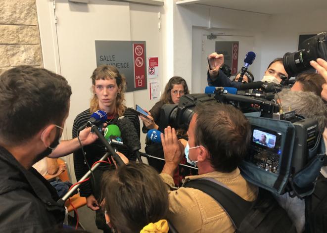 Lola Villabriga devant la presse, au sortir de la salle d'audience. © AR