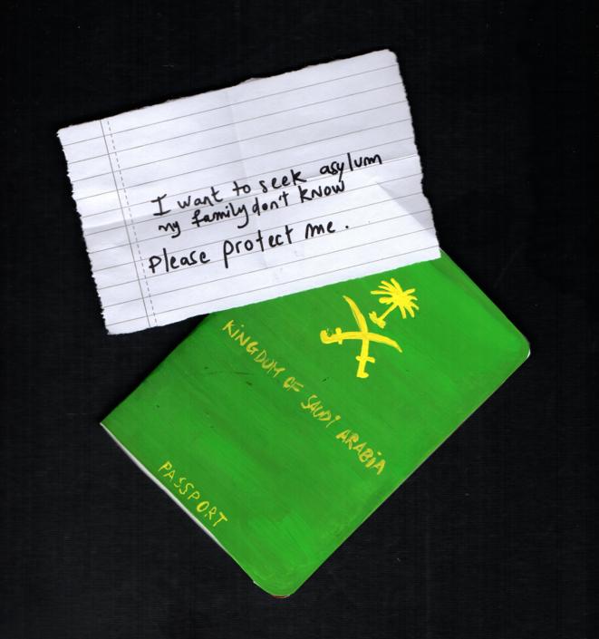 Un message glissé dans un passeport: «Je veux demander l'asile. Ma famille n'en sait rien. S'il vous plaît, protégez-moi.» © Justine Charlot