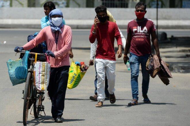 Des ouvriers migrants indiens se rendant chez eux le 24 juin 2020. © Arun Sankar/AFP