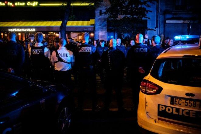 Manifestation de policiers devant le Bataclan vendredi soir, à Paris. © Samuel Boivin/NURPHOTO /AFP